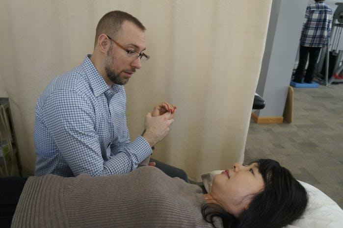 Edward Umheiser, DPT treating patient with stiff shoulder